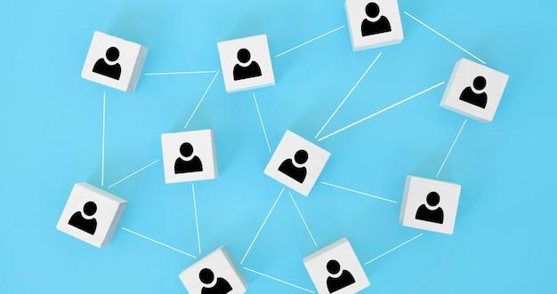 Struktura organizacyjna, budowanie zespołu, rekrutacja, zarządzanie biznesem i koncepcje zasobów ludzkich. ikony osób na drewnianych kostkach połączonych ze sobą.