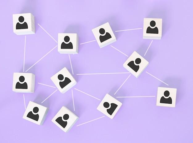Struktura organizacyjna, budowanie zespołu, zarządzanie biznesem lub koncepcje zasobów ludzkich. ikony osób na drewnianych kostkach połączonych ze sobą.