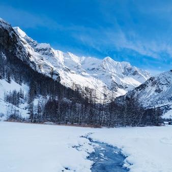 Strumień w górach francuskich alp zimą