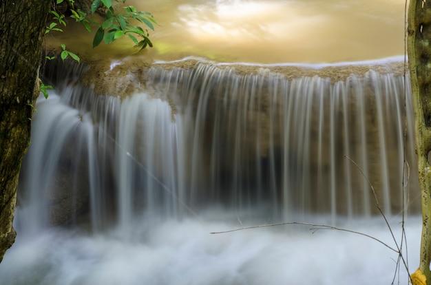 Strumień wody opada na ziemię.