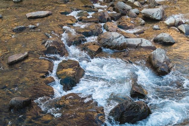 Strumienie wody nad skałami