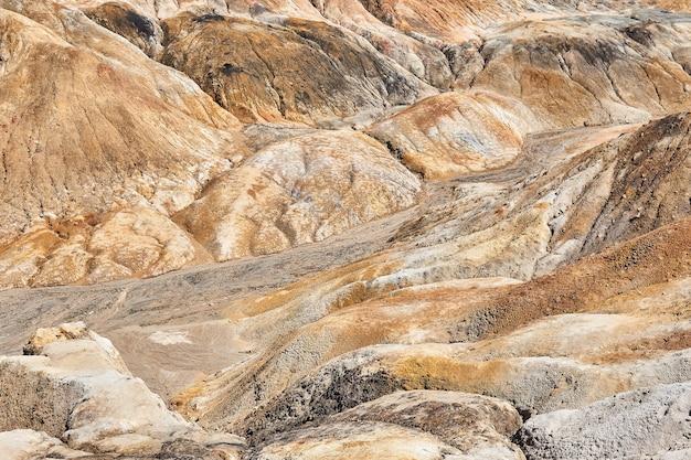 Strumienie wody utworzyły wąwóz w gliniastej ziemi pozbawionej gleby na terenie kopalni odkrywkowej