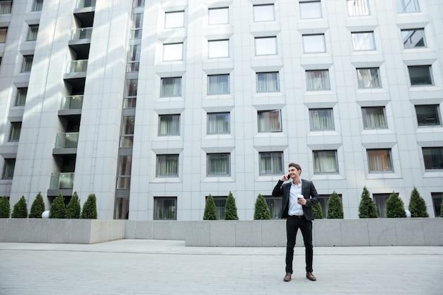 Strzał biznesmen przeciw dużemu budynkowi