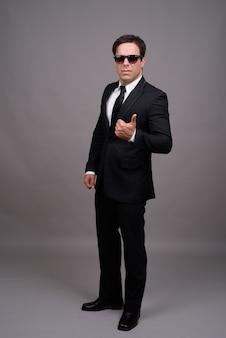 Strzał całego ciała przystojny biznesmen z okularami przeciwsłonecznymi