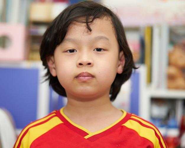 Strzał głową azjatyckiego chłopca dziecka
