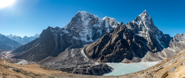 Strzał krajobraz pięknych gór cholatse obok zbiornika wodnego w khumbu, nepal