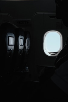 Strzał pionowy okna wewnątrz samolotu w czasie lotu