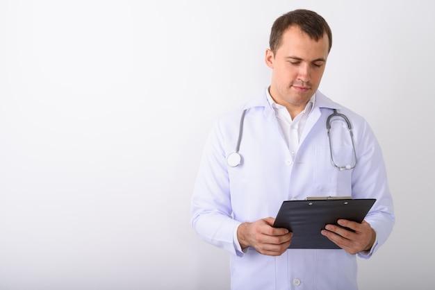 Strzał studio lekarz młody mężczyzna mięśni czytania w schowku ag