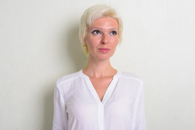 Strzał studio piękna blond kobieta z krótkimi włosami na białym tle