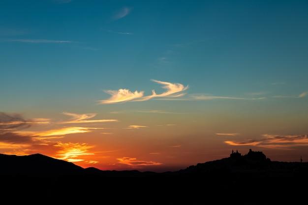 Strzał sylwetka na panoramę miasta olvera, hiszpania podczas pięknego zachodu słońca