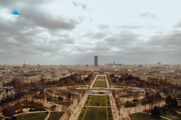 Strzał z lotu ptaka w paryżu, francja podczas pochmurnej pogody