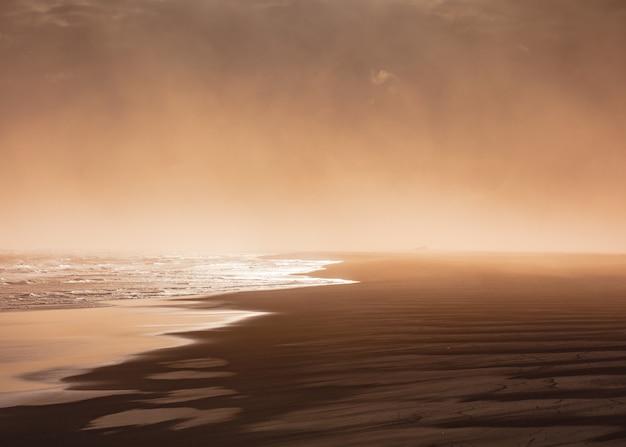 Strzał z plaży w mglisty dzień