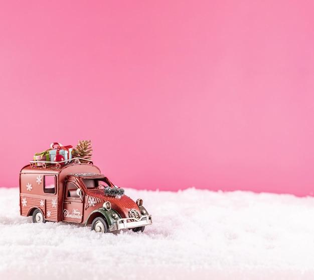 Strzał zbliżenie autko do dekoracji świątecznej na śniegu