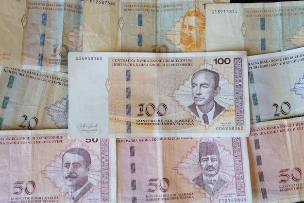 Strzał zbliżenie banknotów waluty bośni i hercegowiny rozłożone na powierzchni