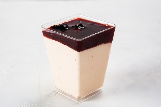 Strzał zbliżenie domowej roboty jogurt z dżemem w plastikowym pojemniku