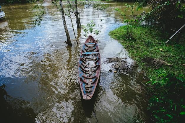 Strzał zbliżenie drewnianą łodzią na jeziorze w brazylii