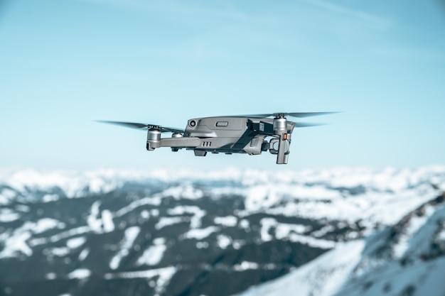 Strzał zbliżenie drone nad pięknym górskim krajobrazem pokrytym śniegiem
