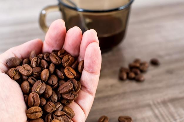 Strzał zbliżenie garść ziaren kawy