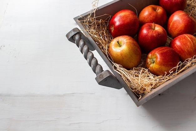 Strzał zbliżenie kilka smacznych wyglądających czerwonych jabłek