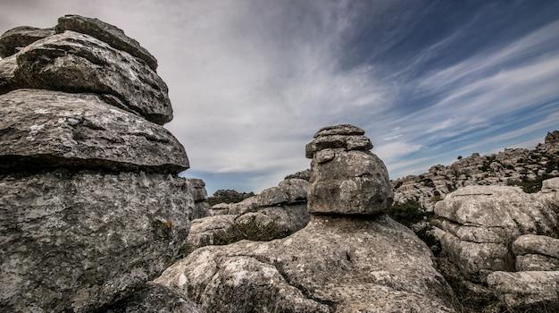 Strzał zbliżenie kilku szarych skał jeden na drugim w pochmurne niebo