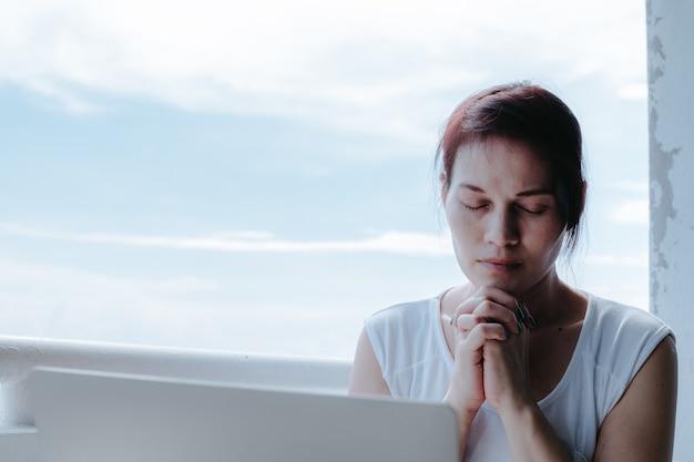 Strzał zbliżenie kobiety z zamkniętymi oczami, modląc się.
