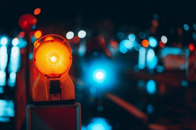 Strzał zbliżenie lampy ostrzegawczej na ulicy w nocy