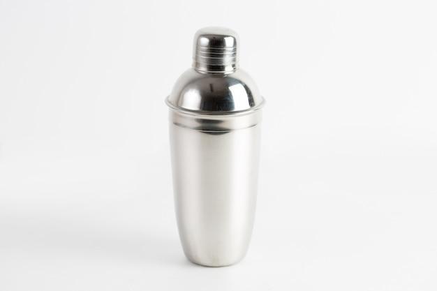 Strzał zbliżenie metalowej butelki wody na białym tle