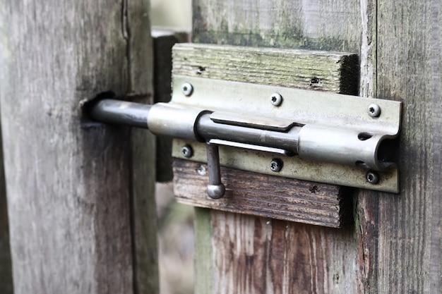Strzał zbliżenie metalowy zamek na drewniane drzwi