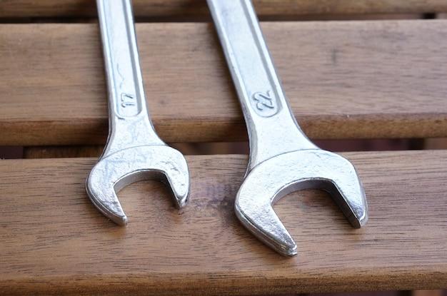 Strzał zbliżenie metalowych kluczy na powierzchni drewnianych