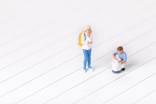 Strzał zbliżenie miniaturowych figurek studentów
