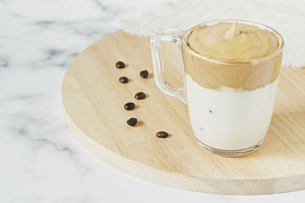 Strzał zbliżenie mrożonej bitej kawy dalgona z puszystym kremowym