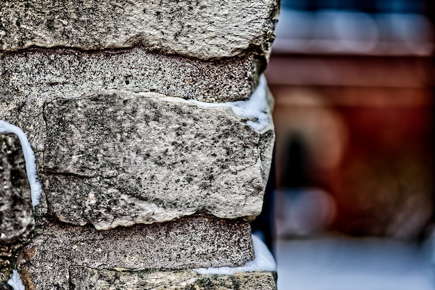 Strzał zbliżenie mur z cegły ze śniegiem na nim