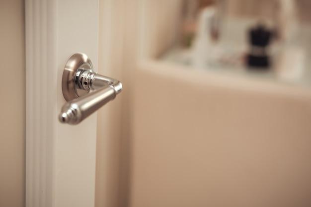 Strzał zbliżenie nowoczesnej klamki drzwi partycji. miejsce na tekst