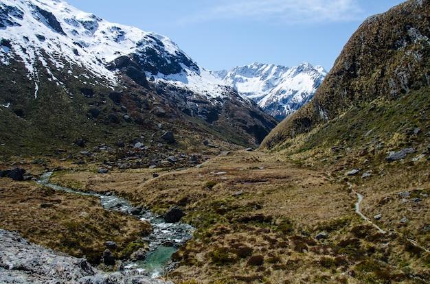 Strzał zbliżenie ośnieżonych gór z trasy routeburn, nowa zelandia