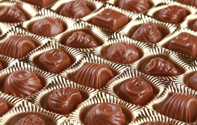 Strzał zbliżenie ozdobnych czekoladek w pojemniku