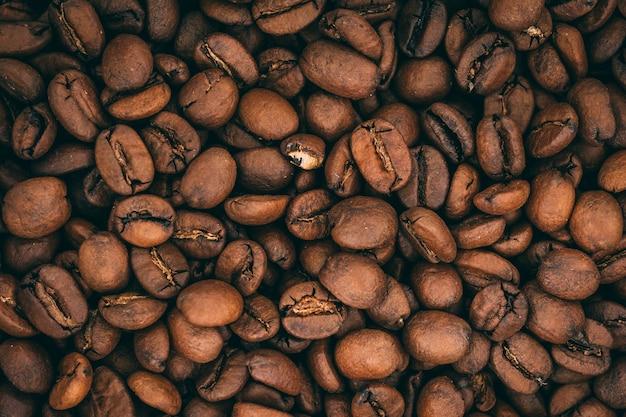 Strzał zbliżenie palonych ziaren kawy