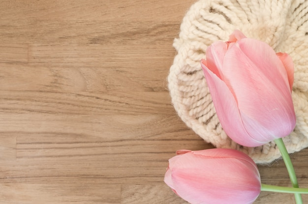Strzał zbliżenie piękne różowe tulipany na podłoże drewniane