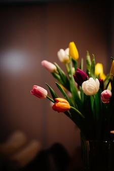 Strzał zbliżenie piękny bukiet z kolorowych kwiatów tulipanów