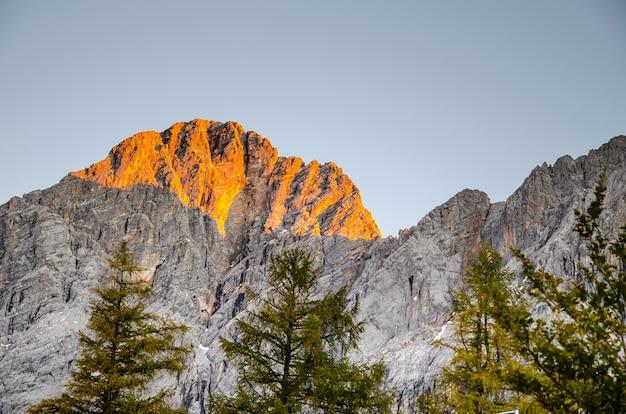 Strzał zbliżenie piękny zachód słońca nad górami skalistymi