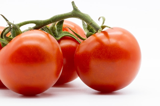 Strzał zbliżenie pomidory czereśniowe na białym tle
