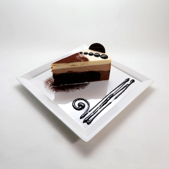 Strzał zbliżenie pyszne kremowy sernik czekoladowy w talerzu