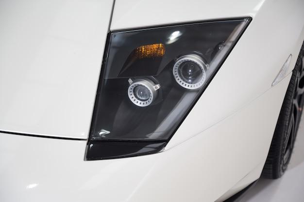 Strzał zbliżenie reflektorów nowoczesnych samochodów luksusowych
