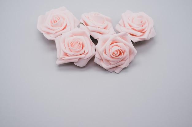 Strzał zbliżenie róż na białym tle na fioletowym tle z miejsca na kopię