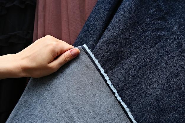 Strzał zbliżenie sekcji tkaniny kolorowe na rynku na wolnym powietrzu
