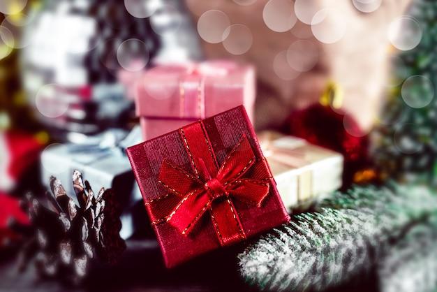 Strzał zbliżenie składu bożego narodzenia. pudełka na prezenty świąteczne. tło wakacje z życzeniami.