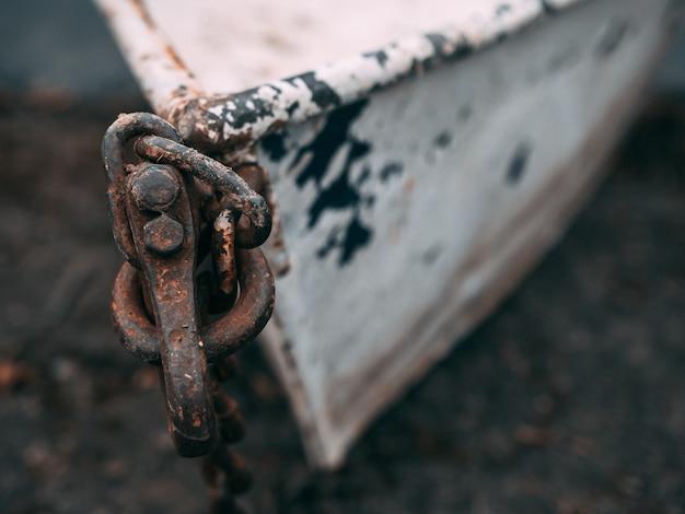 Strzał zbliżenie starej zardzewiałej łodzi
