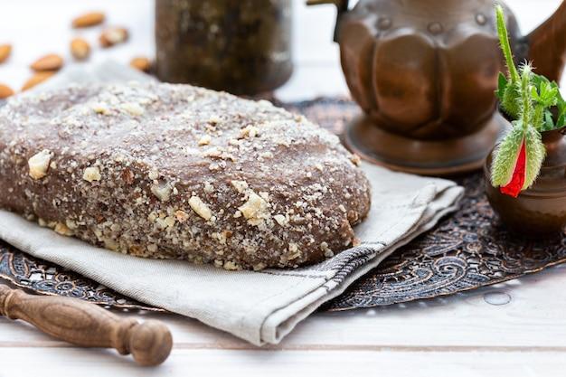 Strzał zbliżenie świeżego surowego wegańskiego chleba na rustykalnej powierzchni