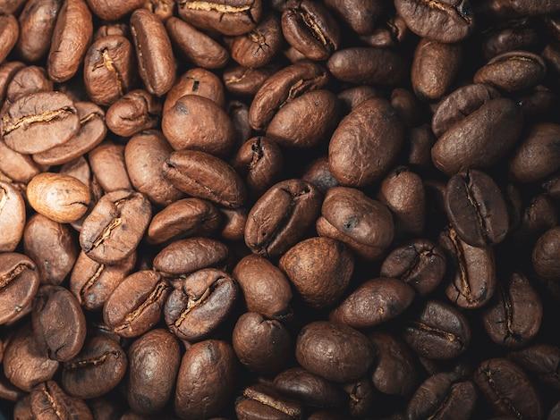 Strzał zbliżenie świeżych brązowych ziaren kawy