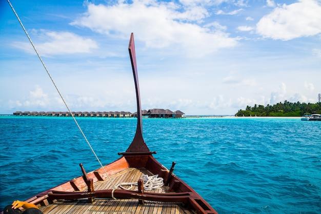 Strzał zbliżenie tradycyjnej łodzi żeglującej po morzu