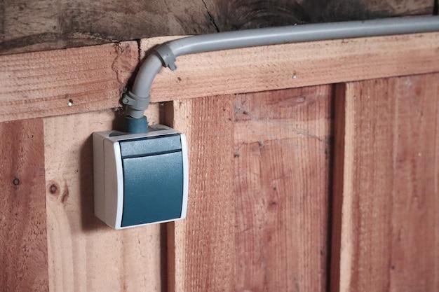 Strzał zbliżenie włącznika światła na drewnianej ścianie